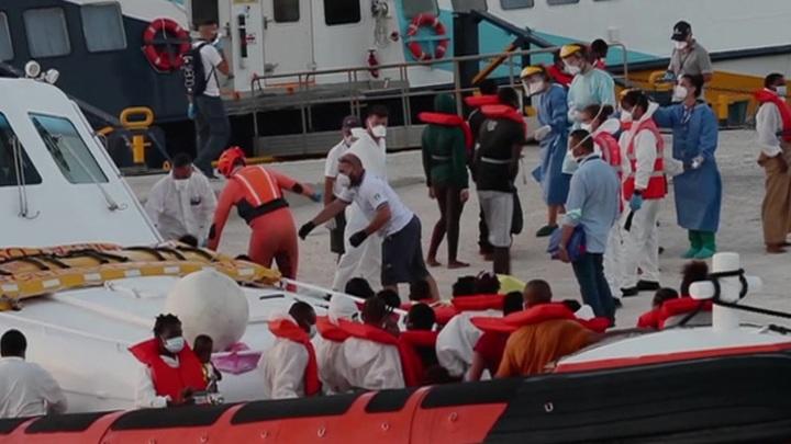 Число мигрантов, прибывших по морю в Италию, возросло на 128%