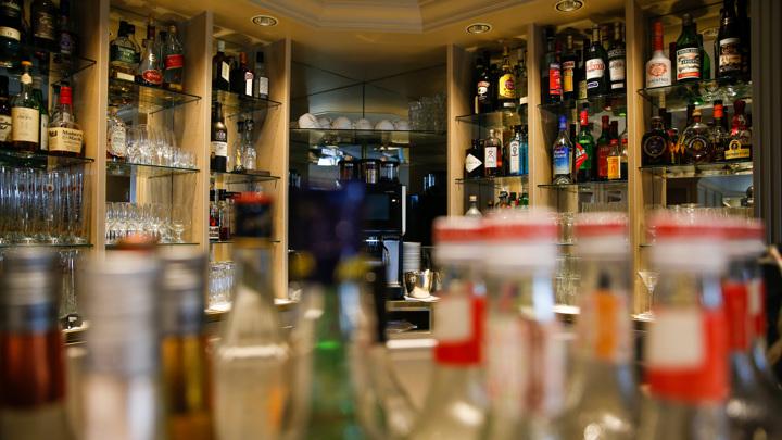 Не сдержался: мужчина вынес из кафе алкоголя на 10 тысяч рублей