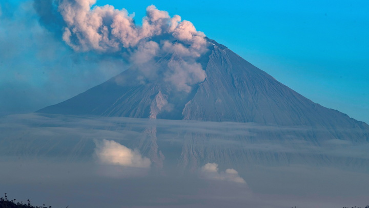 Столб 10 километров, пепел засыпал все вокруг: в Эквадоре проснулся вулкан Сангай