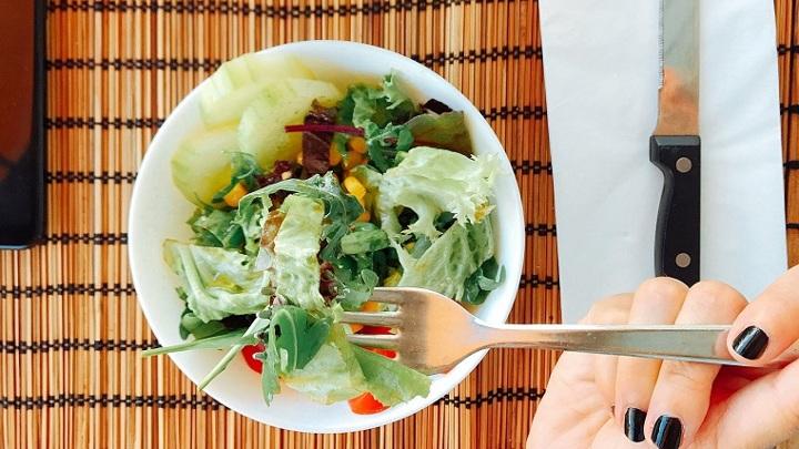 Чистый белок: в челябинском кафе подали салат с живыми червями