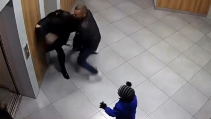 Чемпион по бодибилдингу устроил потасовку с женой на глазах плачущего ребенка. Видео