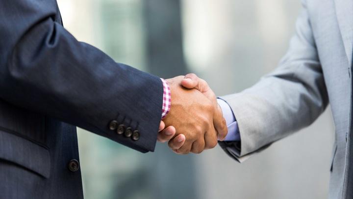 Власти Уфы рекомендуют сократить объятия, а мужчинам отказаться от рукопожатий