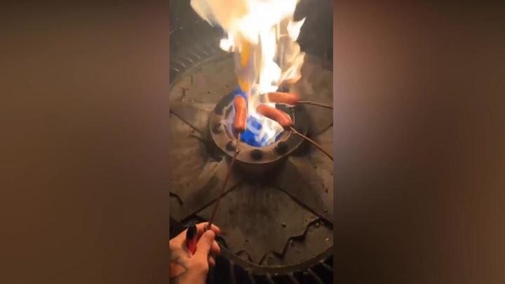 Житель Чебоксар пожарил сосиски на Вечном огне