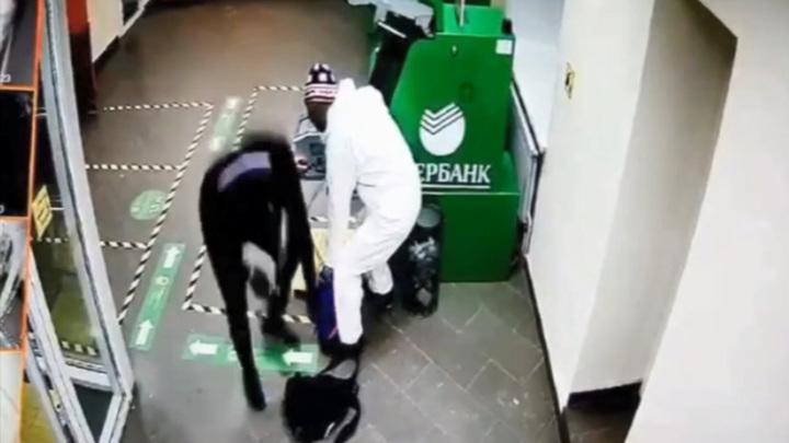 В Сыктывкаре задержали взломщиков, испортивших несколько банкоматов