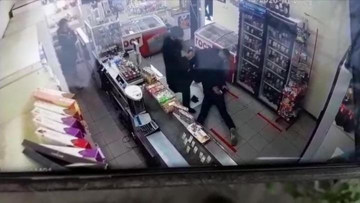 В Йошкар-Оле полицейские с поличным задержали сбытчиков фальшивых денег