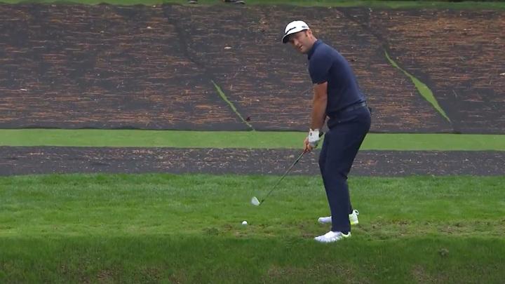Известный гольфист направил мяч в лунку по воде. Видео