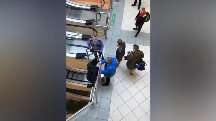 Молодой человек спрыгнул с третьего этажа, убегая от охраны торгового центра