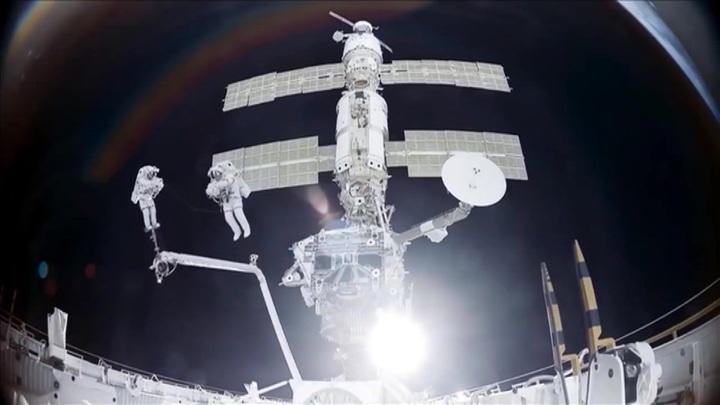 Перед герметизацией первую трещину на МКС пропылесосили