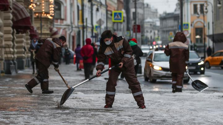 Дворы и тротуары в Москве обрабатываются против гололедицы