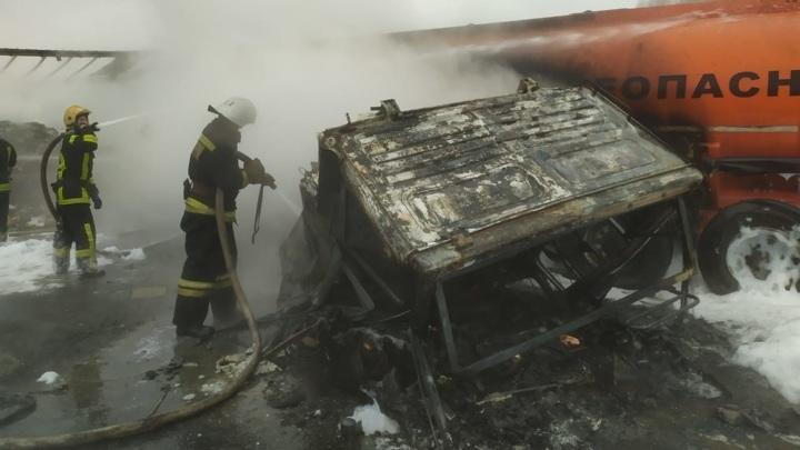 Фура полностью сгорела после столкновения с бензовозом под Суздалем