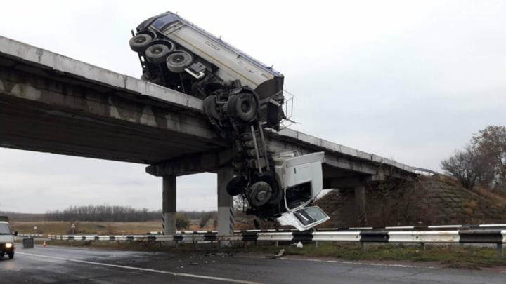 На Украине самосвал повис на мосту