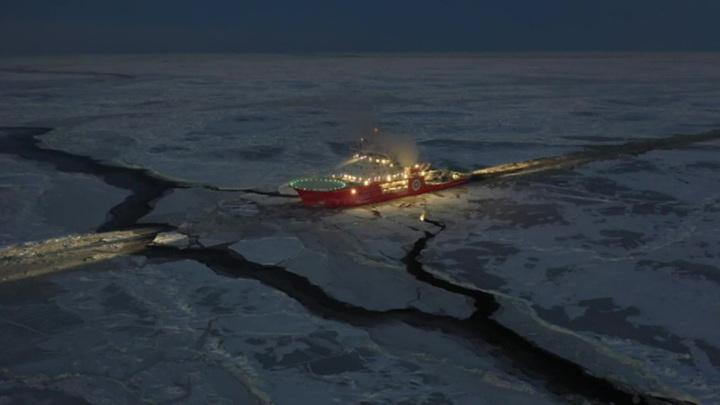 Российские моряки спасли с дрейфующей льдины двух рыбаков