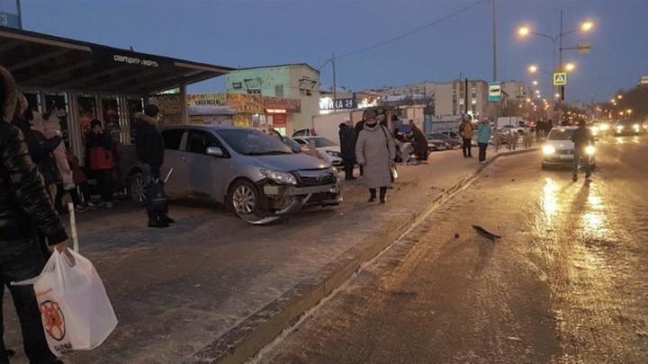 Тюменский таксист протаранил остановку, есть пострадавшие