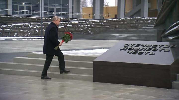 Путин возложил цветы к памятнику разведчикам