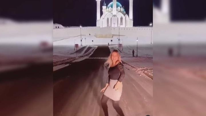 Танцующая на фоне мечети девушка возмутила казанцев
