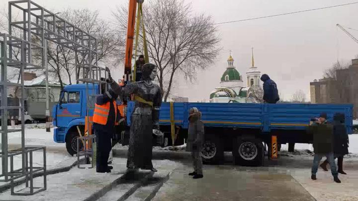 Жители Нововоронежа пришли проститься с демонтированной Аленкой. Видео