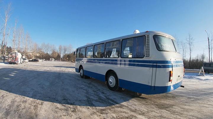 """Иркутянин восстановил автобус """"ЛАЗ"""" и подарил его отцу на день рождения"""