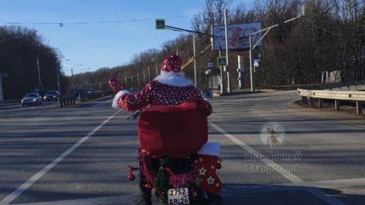 На дорогах Ставрополя заметили Деда Мороза на мотоцикле