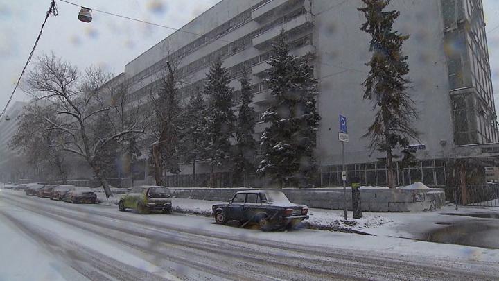 Петербургские автомобилисты массово жалуются на побитые глыбами льда машины