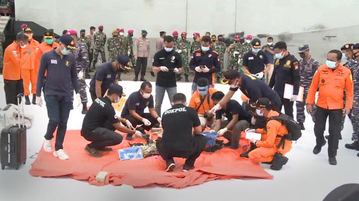В Яванском море продолжается подъем обломков упавшего самолета