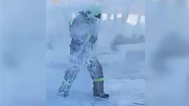 В Приамурье пожарного проводили на пенсию, облив на морозе водой