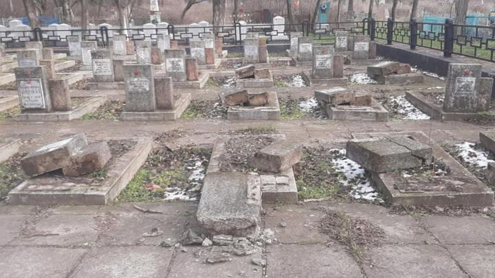 В Херсоне вандалы надругались над братской могилой воинов-освободителей