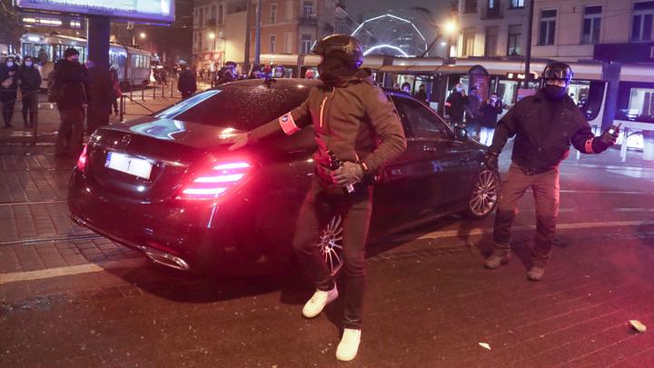 В зону беспорядков в Брюсселе попал королевский кортеж