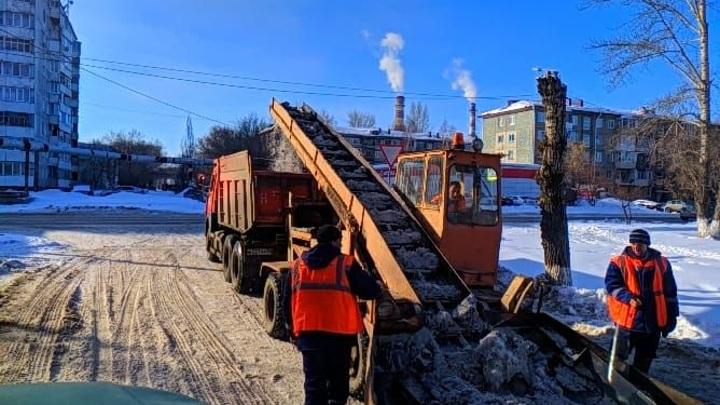 В Омске усилены работы по устранению наледи на дорогах
