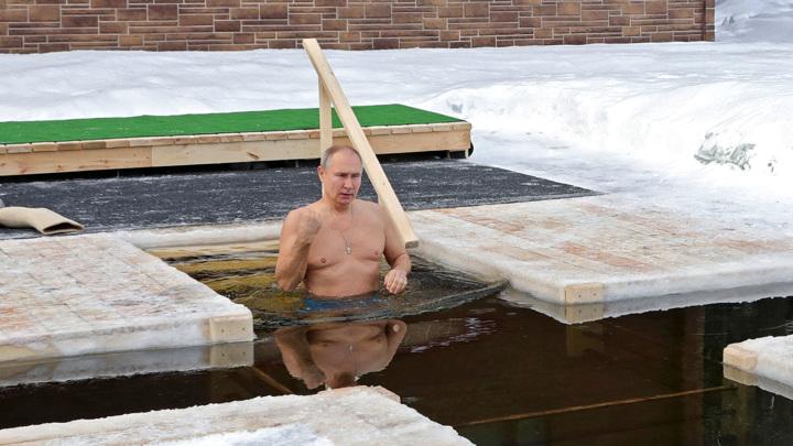 Путин не изменил традициям и окунулся в прорубь