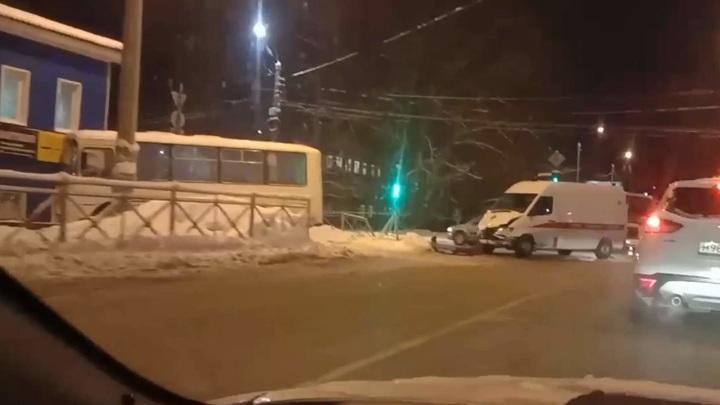Автобус сбил пешехода после столкновения со скорой в Архангельске