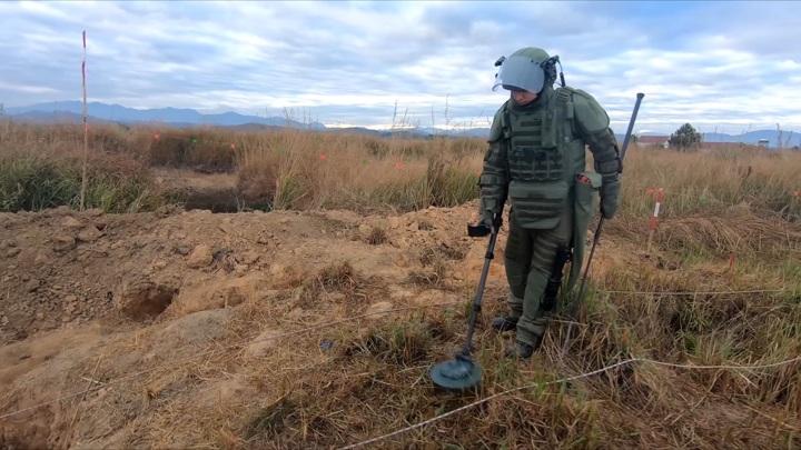 Российские саперы обезвредили 300 американских бомб в Лаосе