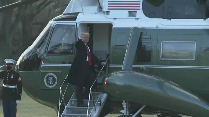 Дональд Трамп простился со всеми регалиями, кроме ядерного чемоданчика