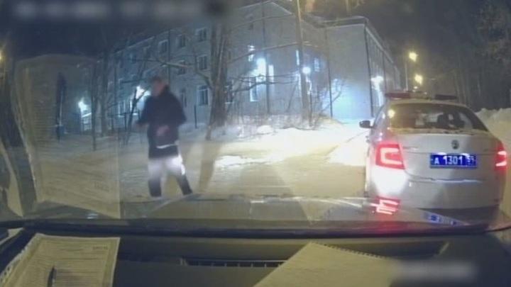 Пермяк исполнил перед полицейскими акробатический трюк в доказательство, что он трезв