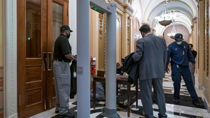 Конгрессмен пытался пронести оружие в Капитолий