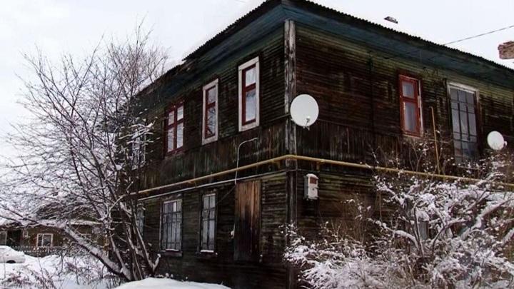 Жители ветхого дома с крысами вКотласе много лет добиваются переселения