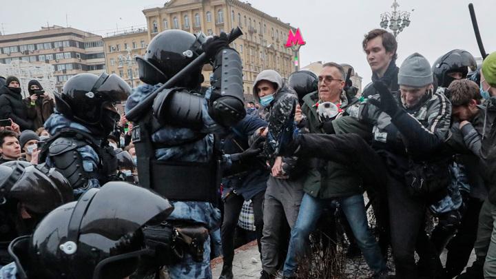 Заблокированные машины: москвичей просят не ездить в центр