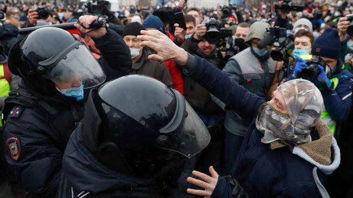 Участников несогласованной акции вытеснили с Пушкинской площади