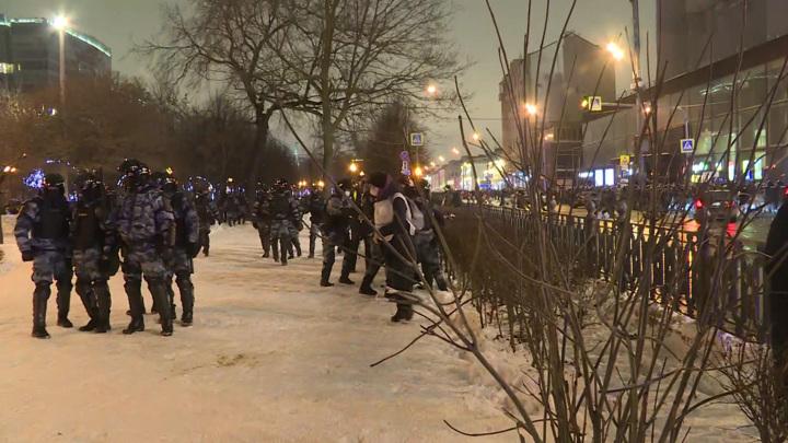 На незаконных акциях в РФ задержали около 300 детей и подростков