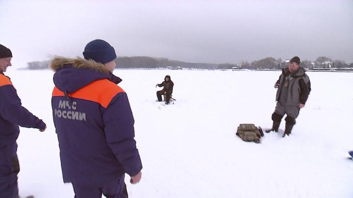 Автомобиль с людьми провалился под лед на Байкале