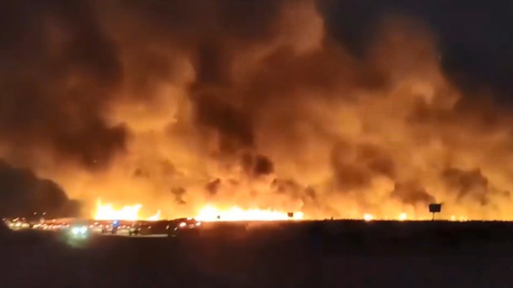 В Анапе из-за горящего камыша перекрывали трассу. Видео