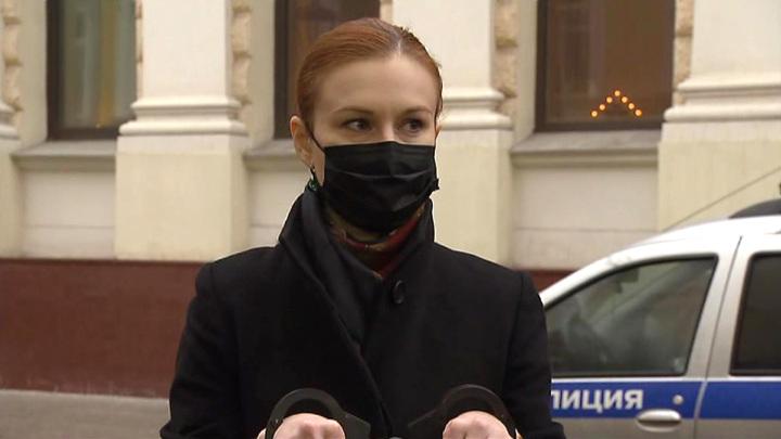 Вышинский и Бутина встали в пикет у посольства Латвии