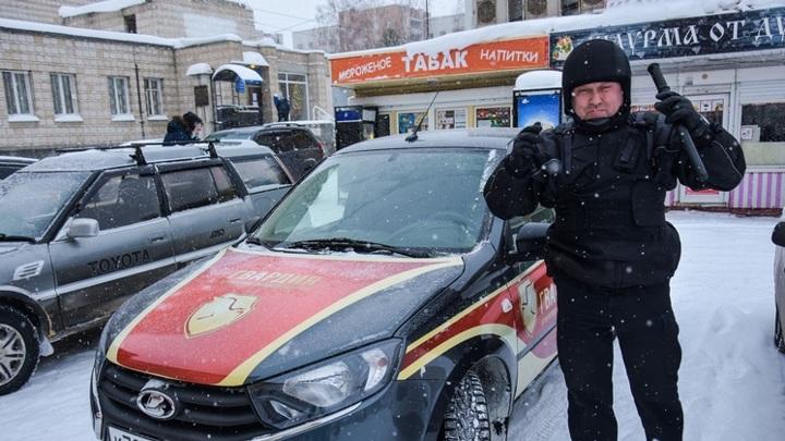 Новосибирские сотрудники ЧОП спасли мужчину, который упал в обморок после покупки шаурмы