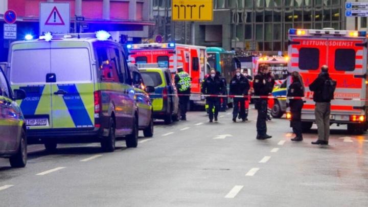 Мужчина с ножом напал на пешеходов у вокзала во Франкфурте-на-Майне