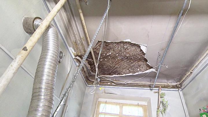 Рухнувший потолок чудом никого не убил: в Балашихе не могут расселить аварийный дом