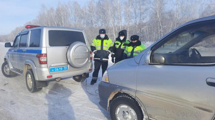 Новосибирские полицейские помогли замерзающему на трассе мужчине