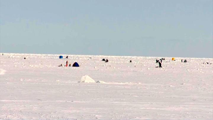 Льдину с четырьмя рыбаками унесло в открытое море на юге Сахалина