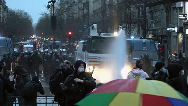 Парижские протестующие разошлись в районе комендантского часа