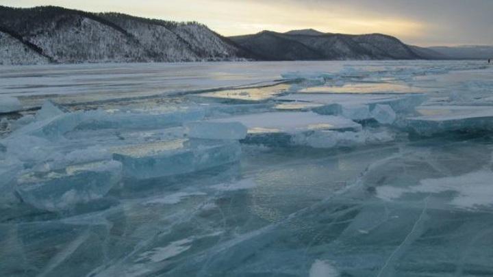 В акватории Байкала автомобиль провалился под лед. Один человек жив, двоих ищут