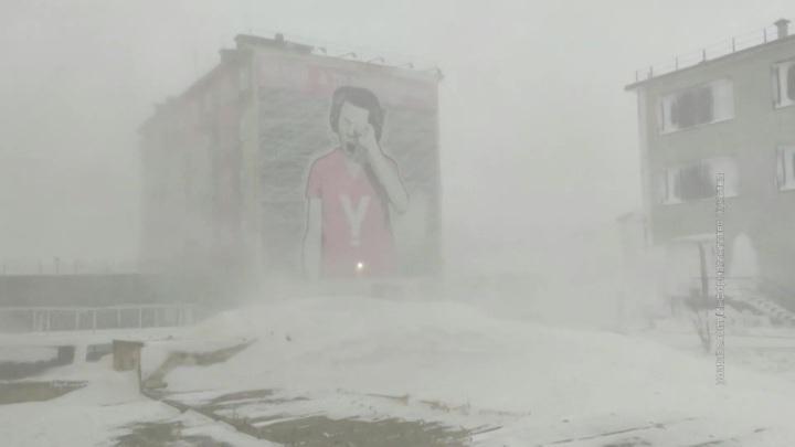 На Чукотке семь человек на вездеходах не могут выбраться из тундры