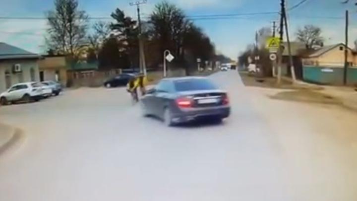 Неадекватный водитель без прав сбил в Майкопе двух велосипедисток. Видео